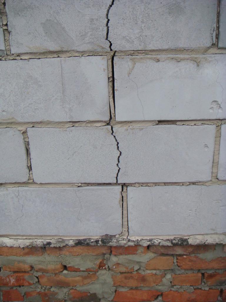 Неармированная стена из пеноблоков после усадки дома