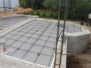 Монолитная плита-фундамент с ребрами жесткости.