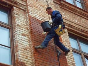 Очистка здания от высолов - процесс долгий и трудоемкий.
