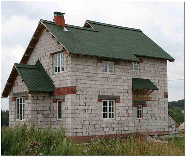 Двухэтажный дом из пеноблоков.