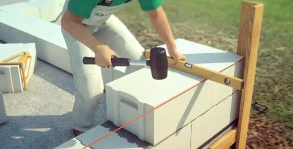 Дом из пеноблока построить надо начиная с угла