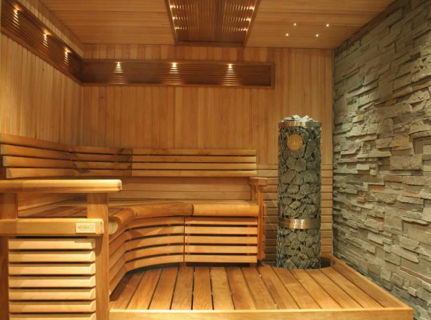 Комбинированная отделка деревом и декоративным камнем.