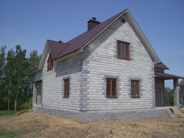 Дом с мансардой из пеноблоков с фасадной стороной.