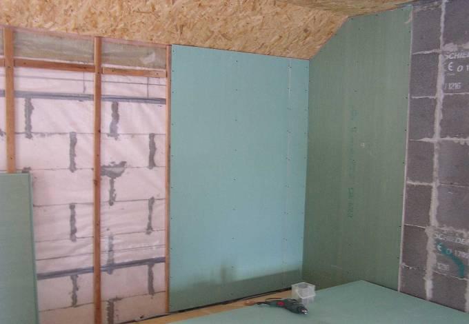 Обшивка стен из пеноблоков влагостойким гипсокартоном с прокладкой пароизоляции.
