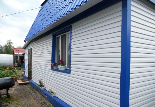 Дом из пеноблоков, облицованный виниловым сайдингом.