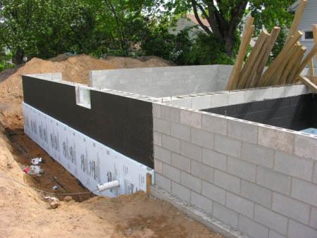 Гидроизоляция и утепление фундамента из блоков.