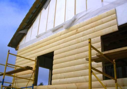 Облицовка дома блокхаусом, имитирующим кладку из калиброванного бревна.