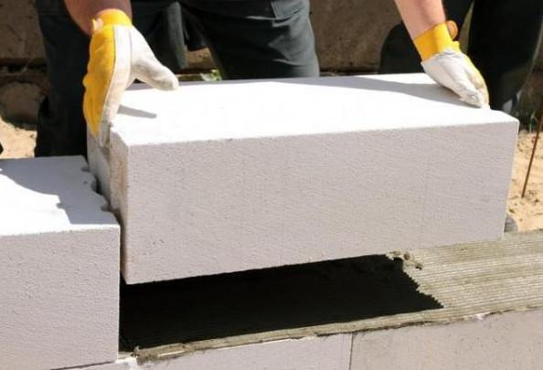 Укладка блоков из ячеистого бетона. Цокольный этаж.