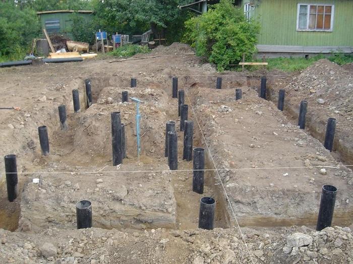 Для стен планируем пеноблоки – под фундамент устраиваем набивные сваи.