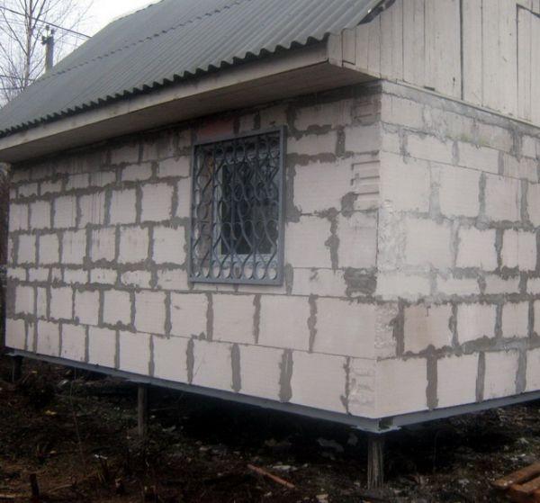 Дом из пенобетона на сваях и металлическим ростверком, в качестве которого используется швеллер.