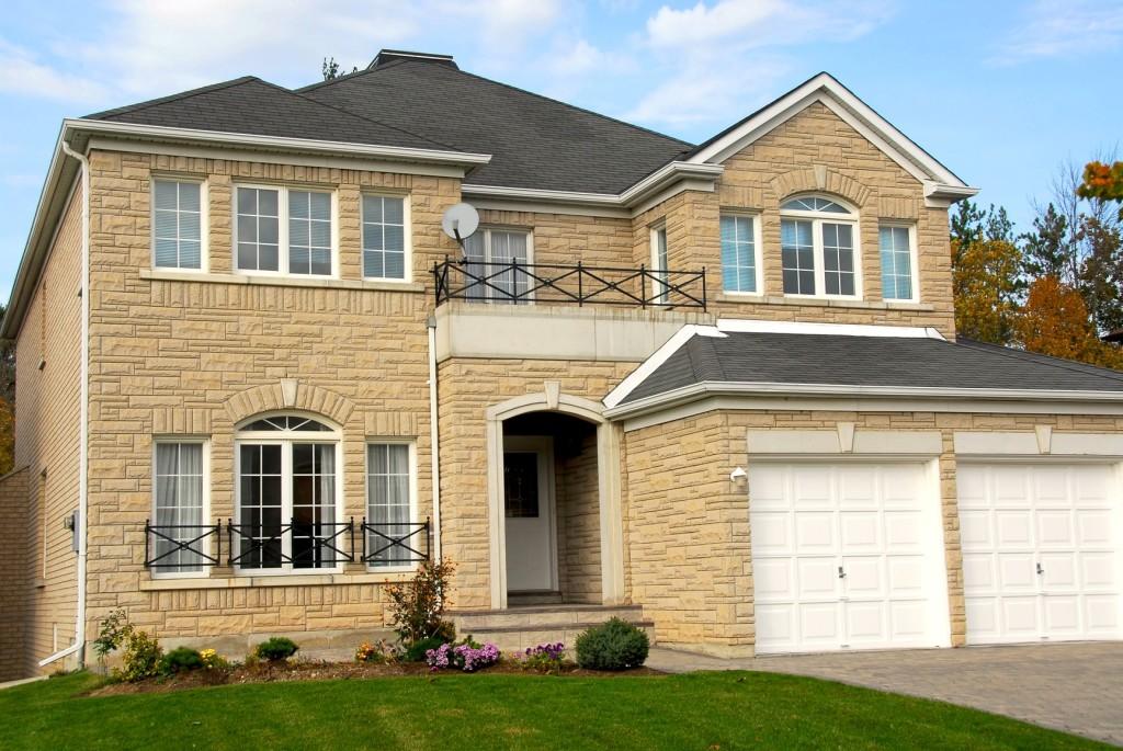 Двухэтажный дом из пеноблоков, облицованный отделочным материалом.
