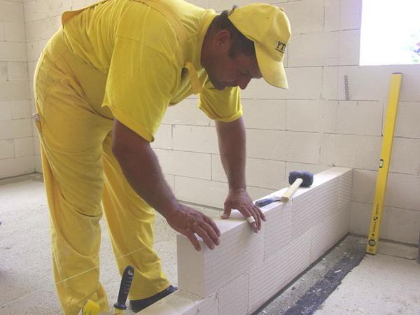 Строить из пеноблока своими руками легче, чем возводить стены из кирпича.