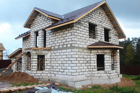 При строительстве дома из двух и более этажей армирующий пояс необходимо делать под каждое перекрытие.