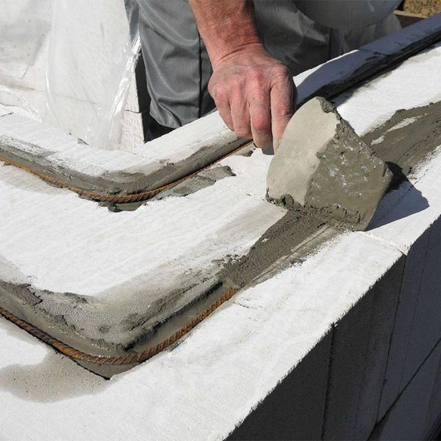 Замоноличивание арматуры после укладки на стену между рядами.