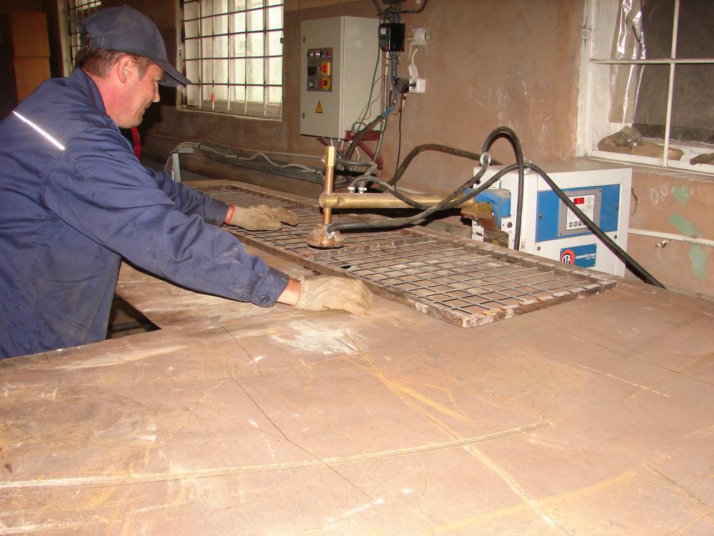 Изготовление металлической сетки на станке точечной сварки.