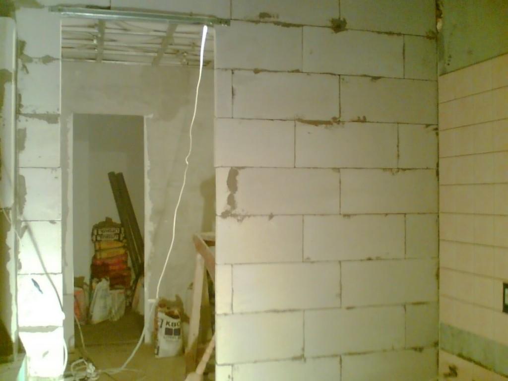 Для перегородок ванной и туалета применяют пеноблоки толщиной 100 мм.