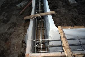 Армирование «ленты» каркасами с устройством гидроизоляции.