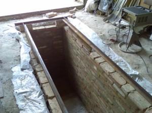Смотровая яма с кирпичными стенками.