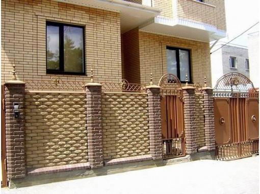 Декоративным кирпичом можно облицевать не только дом, но и построить забор в едином стиле.