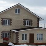Дом с контрастной отделкой углов