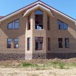 Однотонный дом с контрастной отделкой цоколя