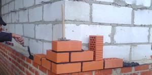 Работу начинаем с угла здания.