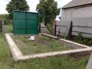 Ворота можно установить перед кладкой стен.