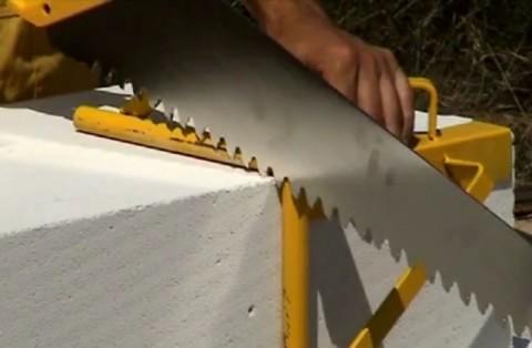 Режем пеноблок при помощи простой ножовки