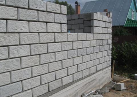 Стены из пеноблоков с готовым фасдом.