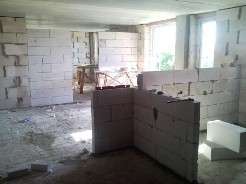 Из пеноблоков можно возвести и наружные стены, и перегородки
