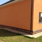 Оштукатуренный фасад дома из пенобетона