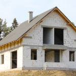 Внешний вид дома из пеноблока, требующий отделки
