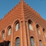 Здание из кирпича с декоративной кладкой на фасаде