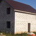 Дом из пеноблока с готовой кровлей