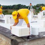 Укладка первого блока из ячеистого бетона