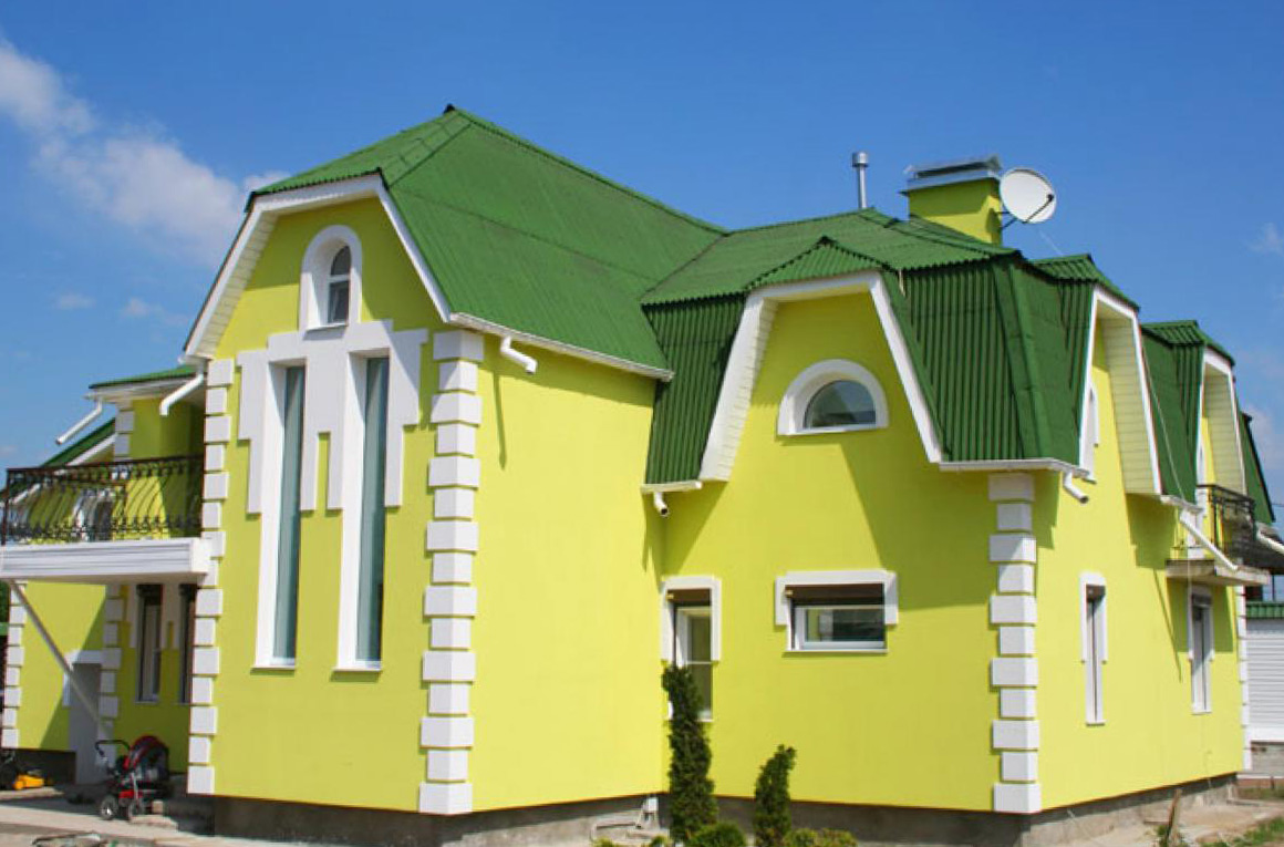 Окрашенный дом из пеноблока с применением элементов декорирования, фото