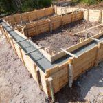 Залитый бетоном фундамент в ожидании набора прочности