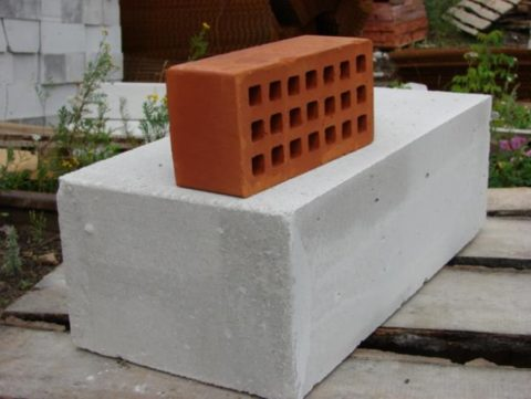 На фото отчетливо видно, на сколько блок крупнее кирпича