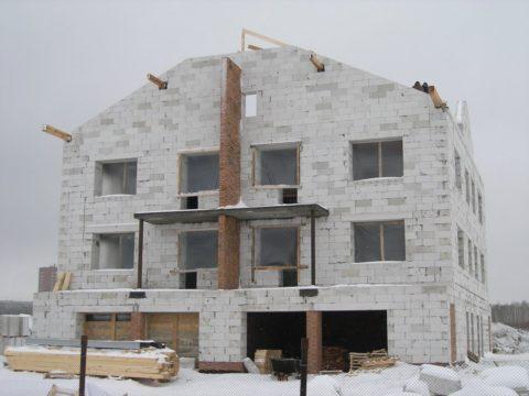 Несмотря на дискомфортные условия труда и возможные дополнительные затраты, зимнее строительство может быть весьма выгодным