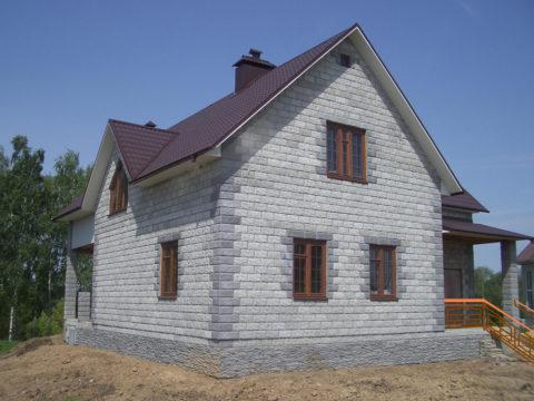 Отделанный и облагороженный дом ничем не отличается от домов, возведённых из классических стройматериалов