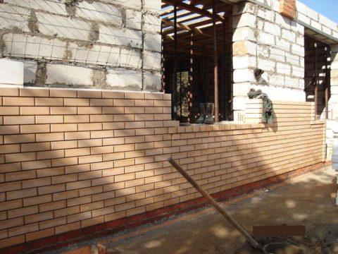 Проектируя такой способ защиты ячеистого бетона, обязательно учитывайте повышенную нагрузку на фундамент