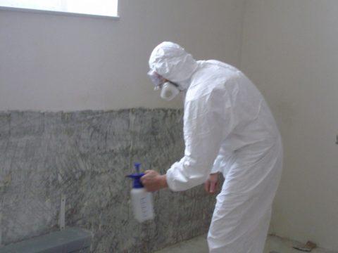 Проведение такого работ возможно с помощью не только пневмораспылителя, но и кости или валика