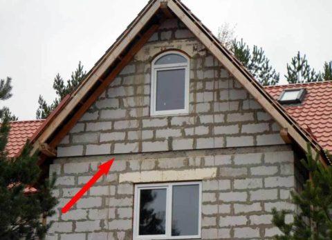 Армопояс на доме показан стрелкой