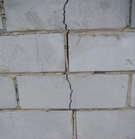 Трещина в стене одно из последствий неправильного крепления кровли