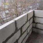Ограждение можно выполнить из легких блоков небольшой толщины