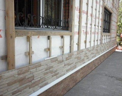 Деревянная обрешетка стеновых конструкций дает возможность качественной обшивки стен