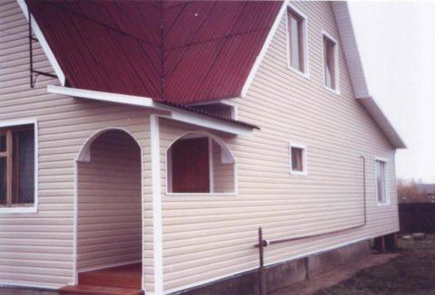 Дом из пеноблоков, отделанный сайдингом