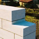 Легкие блоки можно укладывать на специальный клей