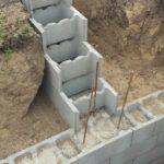 Сборно-монолитный вариант: лента на основе дырчатых бетонных блоков