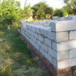 Стены из пеноблока на кирпичном цоколе